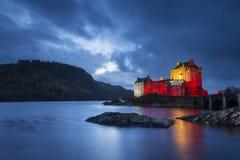 Por do sol no castelo donan de Eilean, montanhas, Escócia Fotos de Stock