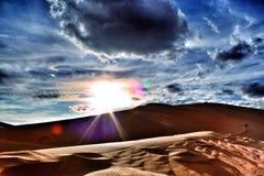 Por do sol no deserto com céu e as nuvens bonitos Imagens de Stock