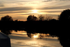 Por do sol no dique Norfolk Broads da frota imagem de stock