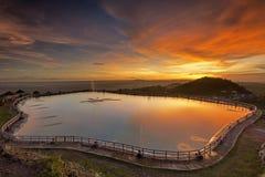 Por do sol no embung Nglanggeran, Yogyakarta, Indonésia Imagens de Stock Royalty Free