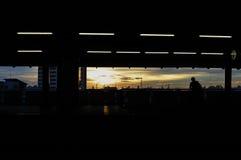Por do sol no estação de caminhos-de-ferro do céu em Banguecoque fotografia de stock