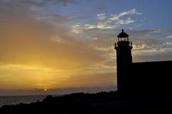 Por do sol no farol da ilha de Lanzarote imagem de stock