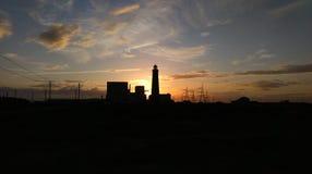 Por do sol no farol de Dungeness e na central elétrica fotos de stock royalty free