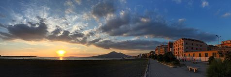 Por do sol no golfo de Nápoles Fotos de Stock Royalty Free
