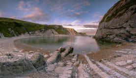 Por do sol no homem da baía da guerra, Lulworth em Dorset Inglaterra Reino Unido foto de stock
