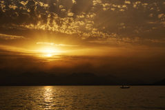 Por do sol no lado de mar com silhuetas Fotografia de Stock
