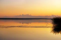 Por do sol no lago Foto de Stock Royalty Free