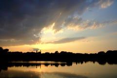 Por do sol no lago Fotos de Stock Royalty Free