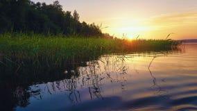 Por do sol no lago fotos de stock
