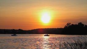 Por do sol no lago vídeos de arquivo
