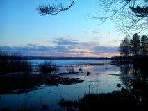 Por do sol no lago Imagem de Stock