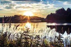 Por do sol no lago Imagens de Stock