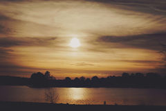 Por do sol no lago Imagem de Stock Royalty Free