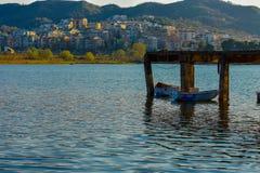 Por do sol no lago artificial de tirana imagens de stock