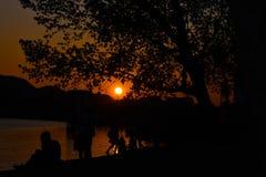 Por do sol no lago artificial de Tirana, Albânia imagem de stock royalty free