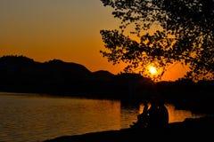 Por do sol no lago artificial de Tirana, Albânia foto de stock royalty free