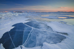 Por do sol no Lago Baikal gelado Fotos de Stock