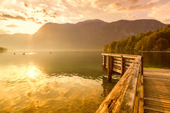 Por do sol no lago Bohinj Fotos de Stock Royalty Free