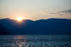 Por do sol no lago Chelan Imagens de Stock
