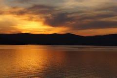 Por do sol no lago da montanha Imagens de Stock Royalty Free