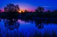 Por do sol no lago da noite fotografia de stock royalty free