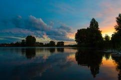 Por do sol no lago da noite foto de stock royalty free