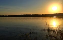 Por do sol no lago Frierson fotos de stock