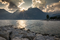 Por do sol no lago Garda Imagem de Stock