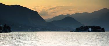 Por do sol no lago italy fotografia de stock royalty free