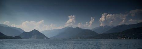 Por do sol no lago italy fotografia de stock