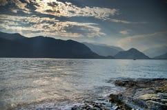Por do sol no lago italy imagem de stock