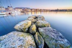 Por do sol no lago na arquitetura da cidade Imagens de Stock Royalty Free