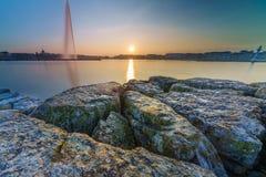 Por do sol no lago na arquitetura da cidade Foto de Stock