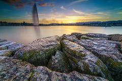 Por do sol no lago na arquitetura da cidade Imagem de Stock