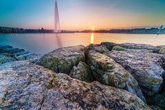 Por do sol no lago na arquitetura da cidade Imagens de Stock