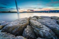 Por do sol no lago na arquitetura da cidade Fotografia de Stock