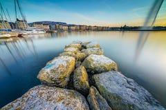 Por do sol no lago na arquitetura da cidade Imagem de Stock Royalty Free