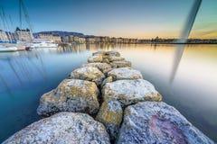 Por do sol no lago na arquitetura da cidade Fotografia de Stock Royalty Free
