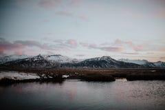 Por do sol no lago nas montanhas islandêsas Fotos de Stock