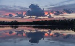 Por do sol no lago do parque nacional dos marismas foto de stock