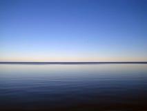 Por do sol no lago Peipsi no verão. fotografia de stock royalty free