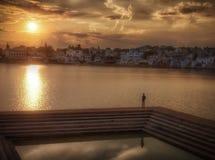Por do sol no lago Pushkar Imagem de Stock