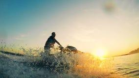 Por do sol no lago que está obtendo cruzado por um waverunner vídeos de arquivo