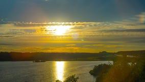 Por do sol no lago, tempo-lapso video estoque