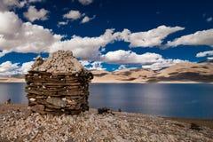 Por do sol no lago Tso Moriri com stupa budista Fotos de Stock Royalty Free