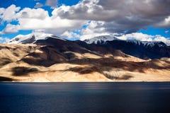 Por do sol no lago Tso Moriri. Montanhas de Himalaya. Índia Foto de Stock