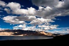 Por do sol no lago Tso Moriri. Montanhas de Himalaya Imagens de Stock