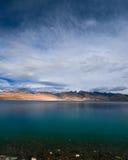 Por do sol no lago Tso Moriri. Montanhas de Himalaya Fotografia de Stock