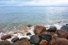 Por do sol no litoral rochoso imagens de stock