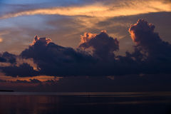 Por do sol no lugar tropical da margem Fotos de Stock Royalty Free